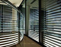 Doté de multiples fonctions, le Metalunic® associe fermeture, protection solaire performante et régulation de la lumière. Il garantit une bonne insonorisation et isolation. Enfin, sa structure en aluminium gage de qualité, lui confère une allure moderne et design.