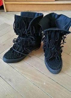 Kup mój przedmiot na #vintedpl http://www.vinted.pl/damskie-obuwie/botki/17626703-blogerskie-czarne-koturny-z-fredzlami