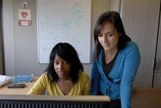 Ingénieurs au travail devant un écran d'ordinateur au Pôle Statistiques Intelligence Artificielle #ENGIE #Metier  Découvrez nos objectifs pour une meilleure diversité en entreprise en cliquant sur l'image