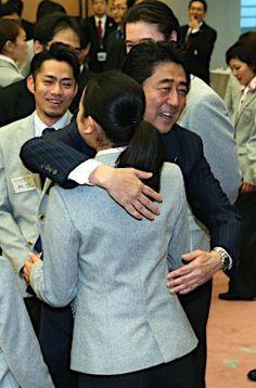 浅田選手と抱き合う安倍首相