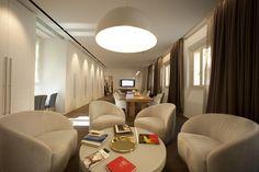 Installazione di tessuti e carte da parati Agena presso lo spazio MetroQuality in via Solferino, 24 a Milano.