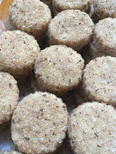 HOJARASCAS  2 kgs de harina 650 gms de Manteca de Puerco ½ kg de Manteca vegetal 1 taza de agua de canela fría 2 cucharitas de sal 1 taza de azucar   Se mezcla el harina con la sal y el azúcar. Se agregan las mantecas y se incorpora con la mano a revolver hasta que la mezcla se vea arenosa. Se junta la masa con el agua de canela.   Con el palote se extiende la masa de ½ cm de altura y se cortan las galletas con el molde deseado. Se hornean a 350º F por 10 a 15 minutos hasta que doren…