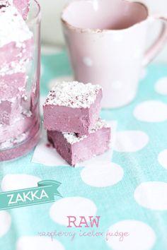 Raw Raspberry ICEBOX Fudge – RECIPE | ZAKKA – sweet design of Scandinavia • raw food, raw sweets, vegan, paleo, dairy free and processed sugar free, freezer fudge