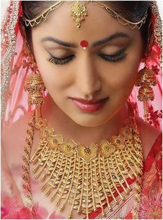 Indian wedding is an occasion where every one wants to look their best. But then, it's the Indian Brides day. Here are 25 beautiful Indian bridal makeup looks t #BengaliGoldJewellery