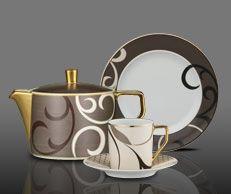 RosenthalFrancis SheherazadeSerwis porcelanowy do kawy dla 6 osóbSkład serwisu: 6 x filiżanka do kawy z podstawką6 x talerzyk deserowy 22 cm1 x cukiernica dla 6 osób1 x mlecznik dla 6 osób1 x dzbanek do kawy dla 6 osóbDOWIEDZ SIĘ WIĘCEJ NA BLOGU Elegancka i bardzo wyrafinowana dekoracja w odcieniach brązu cappuccino, ciemnej kawy i piaskowego beżu zwieńczona jest obfitym złoceniem. Wybrane elementy (filiżanki do espresso, mlecznik, talerze, sosjery, wazy i półmiski), oplecione są…