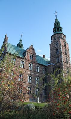 Even though the flowers are fading during autumn, Rosenborg Castle rises as beautiful as ever. Copyright: Rosenborg Castle / Rosenborg Slot