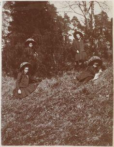 Grand Duchesses Marie Nikolaevna, Tatiana Nikolaevna, Anastasia Nikolaevna e Olga Nikolaevna, no Pavlovsk Park, em 1909. Lovely Photo! <3