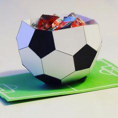 corbeille à bonbons en papier pour les copains fans de foot ! Merci à Rachel de #mespetitsbonheurs pour le tuto ! #DIY