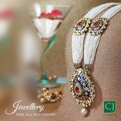 This mesmerizing necklace will make you a showstopper wherever you go. Antique Jewellery Designs, Fancy Jewellery, Gold Jewellery Design, Stylish Jewelry, Fashion Jewelry, Jewellery Making, Indian Jewelry Earrings, Jewelry Design Earrings, Royal Jewelry