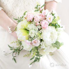 可憐な花の咲くツルの流れに、さりげない気品ただよう、ジャスミンのクラッチブーケ。リラックスした雰囲気のガーデンパーティなどにおすすめのブーケです。ピンク ジャスミン クラッチブーケ ブートニアセット/シルクフラワー(造花)