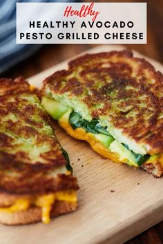 This healthy avocado pesto grilled cheese sandwich is so good! The avocados and pesto give this sandwich a creamy-ness that is out of this world awesome. Grilled Cheese Avocado, Pesto Grilled Cheeses, Grilled Cheese Recipes, Grilled Sandwich Recipe, Pesto Sandwich, Pesto Spinach, Avocado Pesto, Veggie Recipes With Pesto, Recipes