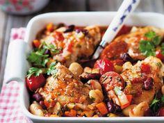 Hähnchen mit deftigem Bohnengemüse aus dem Ofen ist ein Rezept mit frischen Zutaten aus der Kategorie Hähnchen. Probieren Sie dieses und weitere Rezepte von EAT SMARTER!