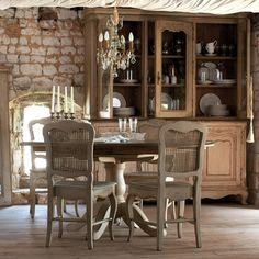 Table ronde à allonges Château & Dépendances www.interiors.fr