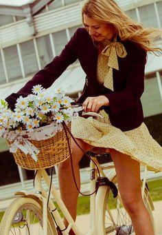 Ladies on the 3th Tweed Ride Madrid. On a  #pilen bicycle.
