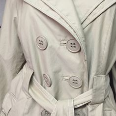 FINAL MARKDOWN Laundry tan raincoat layered sleeve Laundry raincoat with layered detail and oversized buttons. Get ready for April showers 🌦🌦🌦 Laundry by Shelli Segal Jackets & Coats Trench Coats Laundry By Shelli Segal, April Showers, Jacket Buttons, Raincoat, Layers, Sleeves, Trench Coats, A3, Burberry