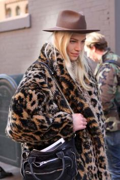 Leopard coat and fedora hat www. Leopard Fashion, Animal Print Fashion, Fashion Prints, Boho Fashion, Animal Prints, Moda Formal, Leopard Coat, Street Style, Edgy Outfits