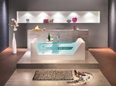 """So holt man sich den Urlaub ganz schnell in das eigene Badezimmer! Aus dieser freistehenden Badewanne möchte niemand mehr raus. Beidseitig befinden sich auf den Längsseiten eingelassenes und eingeklebtes 10 mm Sicherheitsglas, wodurch diese Badewanne den Begriff """"Wellness"""" ganz neu definiert."""