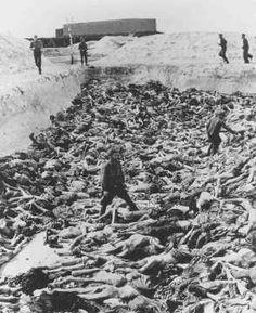 Dr. Fritz Klein, um médico do campo de concentração, que conduziu experiências médicas em prisioneiros, entre os corpos de uma cova coletiva. Bergen-Belsen, Alemanha, após 15 de abril de 1945.