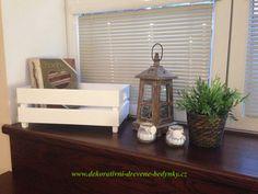 Dřevěná bedýnka v bílé barvě - dekorace a úložný prostor v jednom. #bilabedynkazedreva #drevenabedynka #dekoraceinterieru #uloznyprostor #darkovabedynka #inspirace Floating Nightstand, Table, Furniture, Home Decor, Floating Headboard, Decoration Home, Room Decor, Tables, Home Furnishings