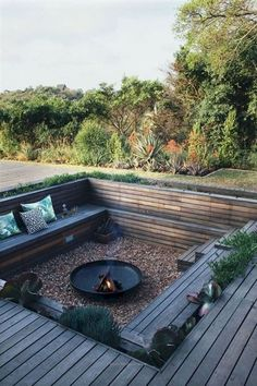 Awesome DIY Kamin Ideen - Outdoor-Feuerstelle mit kleinem Budget - Do It Yourself F… - Diyprojectgardens.club - Super DIY Kamin Ideen – Outdoor-Feuerstelle mit kleinem Budget – Do It Yourself F … - Backyard Seating, Fire Pit Backyard, Backyard Patio, Backyard Landscaping, Deck With Fire Pit, In Ground Fire Pit, Garden Fire Pit, Outdoor Fire Pits, Backyard Deck Designs
