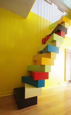 Avant / après : un vieil escalier remplacé par un escalier coloré à pas japonais