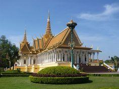 Stolica Kambodży nie jest najpiękniejszym z azjatyckich miast, ale z pewnością warto poznać jej historię i atrakcje.