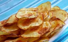 Have you ever tried to prepare homemade potato chips? Frying in oil is not good for your health. There is a healthier option here, how to make crispy chips without conscience while eating them. Healthy And Unhealthy Food, Healthy Snacks, Ital Food, Crispy Chips, Homemade Chips, Snack Recipes, Cooking Recipes, Czech Recipes, Hungarian Recipes