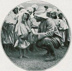 1911 Enver Paşa Trablusgarp'ta çocuklar ile.
