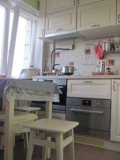 Маленькая кухня-1 «Если встать посредине ирландской кухни, можно, не сходя с места, поставить на плиту чайник, убрать тарелки в кухонный шкаф, слазить под стол, да еще отворить…