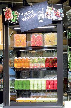 """In speziellen Kühlschränken gibt es auch aromatisierte Getränke, sogenannte """"Tasty Waters"""", und Smoothies."""
