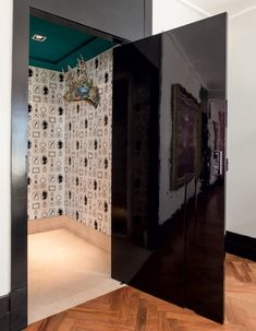 Porta-preto-arquiteta-Andrea-Murao-adesivo-molduras-laca-brilhante (Foto: Lufe Gomes/Editora Globo)