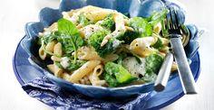Supersnabb och enkel pasta i gräddig sås med fin smak av broccoli, vällagrad ost, färsk spenat och Grönsaksfond. Toppa pastan med rostade pinjenötter.