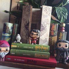 Huhu ihr lieben mit diesem Bild nehme ich an dem #madamesredbubblega von der lieben Michelle ( @madamereadsalot ) und @redbubble Teil  Also wieso inspiriert mich dieses Buch? Wo soll ich nur anfangen.. Harry Potter und der Stein der Weisen war mein allererstes Buch welches ich mir von meinem Taschengeld gekauft habe und ich war sofort verliebt. Die ganze Geschichte die Charaktere und einfach die komplette Welt haben mich in den Bann gezogen und bis heute nicht gehen lassen. Durch dieses Buch…