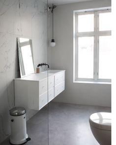 Et lite glimt fra superdyktige Elisabeth Heier sitt baderom💙 Gulv i pastellone fra Souk. Bilder lånt fra hennes inspirerende blogg:… Bathroom Vanity, House Inspiration, Inspiration, Bathroom Inspiration, Toilet, Vanity, House, Bathroom