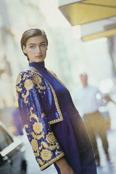 Giacchino interamente ricamato con paillette blu Savoia e coccarde e ramage  argento. Vogue Italia, settembre 1988, Arthur Elgort 79bbf1f3367