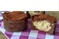 Nepečené tiramisu tortičky: 6 formiciek na muffin, 250 gramov čokoládových sušienok, 150 g masla, 100 gramov mascarpone, 100 g smotany, 50 g práškového cukru, 4 lyžice instantnej kávy alebo 1 šálka silnej kávy, práškový cukor.  Rozdrobíme sušienky jemne, dame ich do misy a pridáme rozpustené maslo. Potravinovou fóliou vyplnime formicky. Vložime male množstvo sušienok do formy az nahor, po bokoch (nechame stranou malú čiastku pre pokrytie nahor) . Vyslahame slahacku s práškovým cukrom pridáme…