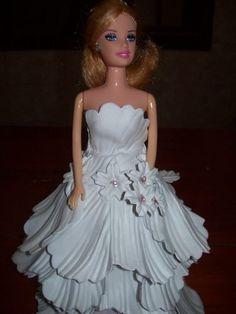barbie com roupa de eva passo a passo - Pesquisa do Google Bride Dolls, Giant Paper Flowers, Barbie Dress, Prom Dresses, Formal Dresses, Doll Crafts, Beautiful Dolls, Crochet, Marie
