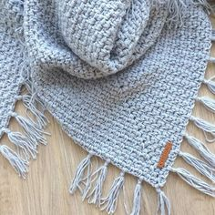 Patroon omslagdoek met satijnlinten - Omslagdoek in granietsteek met satijnlint - Crochet Scarves, Crochet Shawl, Diy Crochet, Crochet Clothes, Hand Crochet, Crochet Baby, Knitting Patterns, Crochet Patterns, Crochet World