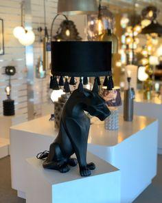 Men hur häftig är inte den här lampfoten då? Så mäktig och unik😍 Speciellt med den snygga skärmen Roma som ger den sista eleganta touchen ⭐️ Table Lamp, Elegant, Home Decor, Rome, Classy, Chic, Decoration Home, Room Decor, Table Lamps