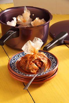 El mixiote (del náhuatl metlmaguey y xiotl película dela penca) es un platillo típicode México que consiste encarne enchilada cocida al vapor,envuelta en una película quese desprende de la penca delmaguey pulquero. Esta películarecibe el nombre de mixiote.