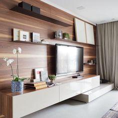 Sala TV - No Home theater painel de madeira e composição de quadros estrategicamente localizados conferem a atmosfera contemporânea do espaço...  {Projeto Consuelo Jorge}