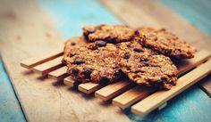 Dit is een super simpel en snel recept voor chocolate chip havermout koekjes, zonder suiker, zout en andere toevoegingen. En ze zijn verslavend lekker!