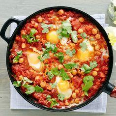 Shakshuka on Pohjois-Afrikassa ja Lähi-Idässä perinteinen pannu, jossa kananmunat hyydytetään maukkaaseen tomaattikastikeeseen.