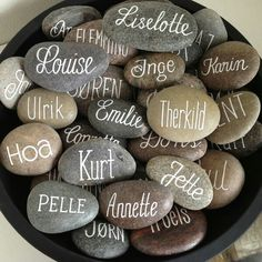 Billedresultat for bordkort Wedding Favours, Diy Wedding, Wedding Gifts, Dream Wedding, Wedding Decorations, Table Decorations, Place Names, Wedding Places, Stone Art
