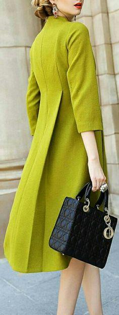O casaco está largo, imite esta ideia e ficará charmoso e diferente.