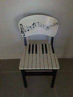 Silla de madera decorada como sí fuera un piano ♥♥♥