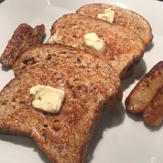 "Going into this Friday with an amazing egg white french toast breakfast! #TraderJoes sprouted 7-grain bread, egg whites, almond milk and cinnamon as batter, and Amylu maple chicken sausages from costco. The ""butter"" is butter-yogurt spread, lower fat than regular butter. 325kcal/33C/8F/27P #macrofriendly #FrenchToast #EggWhites #RPStrength"