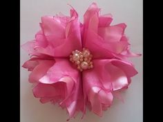 Leticia Andrade shared a video Ribbon Art, Ribbon Hair Bows, Diy Hair Bows, Diy Ribbon, Ribbon Crafts, Flower Crafts, Ribbon Rose, Satin Flowers, Felt Flowers