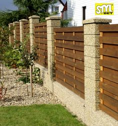 66 ideas small patio wall fence for 2019 Patio Wall, Diy Patio, Backyard Patio, Fence Gate Design, Privacy Fence Designs, Brick Fence, Front Yard Fence, Small Outdoor Patios, Small Patio