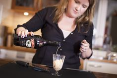 Nyttårsdessert og cocktail i ett Alcoholic Drinks, Cocktails, Baileys, Red Wine, Lisa, Desserts, Food, Craft Cocktails, Tailgate Desserts